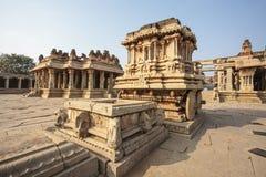 Οι πλούσιοι χάρασαν το άρμα πετρών μέσα στον ινδό ναό Vittala στην αρχαία περιοχή Hampi, Karnataka, Ινδία Στοκ Φωτογραφία