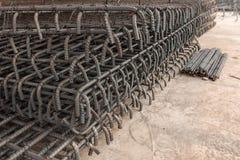 Οι ράβδοι χάλυβα χρησιμοποιούμενες μέσα ενισχύουν το σκυρόδεμα κατασκευής Στοκ εικόνα με δικαίωμα ελεύθερης χρήσης