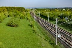 Οι ράγες στο αγροτικό τοπίο για τη γερμανική υψηλή ταχύτητα εκπαιδεύουν το Intercity Ε Στοκ φωτογραφίες με δικαίωμα ελεύθερης χρήσης