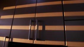 Οι ριγωτές σκιές από την κίνηση των ενετικών τυφλών επιδεικνύονται στα γραφεία κουζινών απόθεμα βίντεο