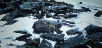 Οι ροές του νερού ρίχνουν τις πέτρες στοκ φωτογραφία με δικαίωμα ελεύθερης χρήσης