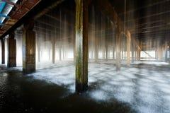 Οι ροές του νερού στο δροσίζοντας πύργο στις εγκαταστάσεις Στοκ Εικόνα