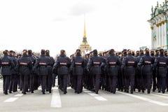 Οι ρωσικές γυναίκες αστυνομεύουν την πορεία Στοκ Φωτογραφία