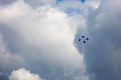 Οι ρωσικοί ιππότες ομάδων Aerobatic στον αέρα παρουσιάζουν Νεφελώδης ουρανός στο BA Στοκ εικόνες με δικαίωμα ελεύθερης χρήσης