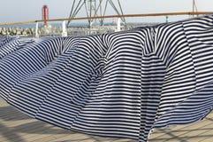 Οι ρωσικοί ναυτικοί φανέλλων συνέραψαν υπό μορφή κουρτίνας στη γέφυρα Στοκ Εικόνα