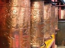 Οι ρόδες προσευχής χαλκού, βουδιστική προσευχή περιστροφής παίζουν τύμπανο στο βουδιστικό ναό Putuo Zongcheng στοκ φωτογραφίες