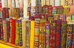 Οι ρόλοι ταπήτων στην αγορά Antalya Στοκ εικόνες με δικαίωμα ελεύθερης χρήσης
