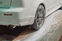 Οι ρόδες αυτοκινήτων που ντύθηκαν με τον αφρό στάθμευσαν το επίπεδης βάσης πλύσιμο αυτοκινήτων στην Ταϊλάνδη Στοκ φωτογραφία με δικαίωμα ελεύθερης χρήσης