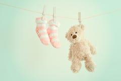 Οι ρόδινες κάλτσες μωρών και teddy αντέχουν με το διάστημα αντιγράφων Υπόβαθρο παιδιών Στοκ Εικόνες