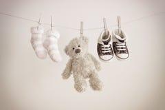 Οι ρόδινες κάλτσες μωρών και teddy αντέχουν με το διάστημα αντιγράφων Στοκ Φωτογραφία