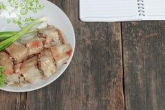 Οι ρόλοι άνοιξη χύνουν τη σάλτσα στενό σε επάνω πιάτων με το σημειωματάριο Στοκ Εικόνες