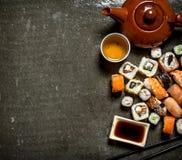 Οι ρόλοι και τα σούσια με το βοτανικό τσάι Στοκ φωτογραφία με δικαίωμα ελεύθερης χρήσης