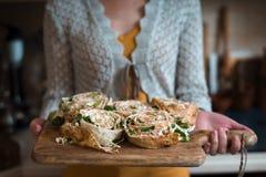 Οι ρόλοι τόνου lavash με τη φρέσκια σαλάτα βγάζουν φύλλα Στοκ Εικόνες