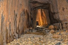 Οι σήραγγες του Titus είναι αρχαίες ρωμαϊκές υδάτινες οδοί που χαράζονται στους βράχους Στοκ φωτογραφία με δικαίωμα ελεύθερης χρήσης