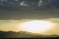 Οι σειρές βουνών κάτω από την παχιά τράπεζα της βροχής καλύπτουν και φωτεινός μουντός ουρανός στη έρημο Μοχάβε στοκ φωτογραφίες με δικαίωμα ελεύθερης χρήσης