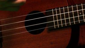 Οι σειρές κιθάρων γρατζουνίσματος χεριών κλείνουν επάνω φιλμ μικρού μήκους