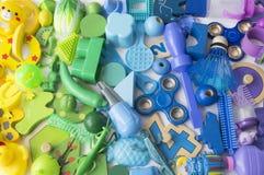Οι σειρές του ζωηρόχρωμου παιχνιδιού ουράνιων τόξων αντέχουν Πάρα πολύ χρώμα ουράνιων τόξων παιχνιδιών παιδιών Πλαίσιο παιχνιδιών Στοκ εικόνα με δικαίωμα ελεύθερης χρήσης