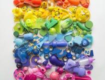 Οι σειρές του ζωηρόχρωμου παιχνιδιού ουράνιων τόξων αντέχουν Πάρα πολύ χρώμα ουράνιων τόξων παιχνιδιών παιδιών Πλαίσιο παιχνιδιών Στοκ φωτογραφίες με δικαίωμα ελεύθερης χρήσης