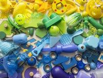 Οι σειρές του ζωηρόχρωμου παιχνιδιού ουράνιων τόξων αντέχουν Πάρα πολύ χρώμα ουράνιων τόξων παιχνιδιών παιδιών Πλαίσιο παιχνιδιών Στοκ Φωτογραφίες