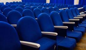 Οι σειρές των άδειων θέσεων στην αίθουσα συνεδριάσεων Στοκ φωτογραφία με δικαίωμα ελεύθερης χρήσης