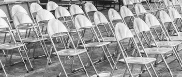 Οι σειρές των καρεκλών σιδήρου είναι οργάνωση για μια υπαίθρια απόδοση Στοκ φωτογραφία με δικαίωμα ελεύθερης χρήσης