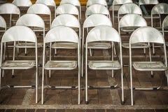 Οι σειρές των καρεκλών σιδήρου είναι οργάνωση για μια υπαίθρια απόδοση Στοκ Φωτογραφίες