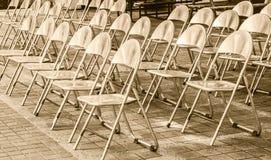 Οι σειρές των καρεκλών σιδήρου είναι οργάνωση για μια υπαίθρια απόδοση Στοκ Φωτογραφία
