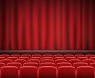 Οι σειρές των κόκκινων καθισμάτων κινηματογράφων ή θεάτρων μπροστά από παρουσιάζουν στάδιο Στοκ Εικόνα