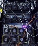 Οι σειρές των κόκκινων καλωδίων δικτύων σύνδεσαν με την πλήμνη δρομολογητών και διακοπτών στο δωμάτιο κεντρικών υπολογιστών στο κ Στοκ φωτογραφία με δικαίωμα ελεύθερης χρήσης