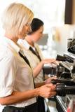 Οι σερβιτόρες στην εργασία κάνουν τον καφέ μηχανών καφέ Στοκ Εικόνα