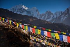 Οι σημαίες προσευχής και το βουνό χιονιού κυμαίνονται το υπόβαθρο από το στρατόπεδο βάσεων Annapurna, Νεπάλ Στοκ εικόνες με δικαίωμα ελεύθερης χρήσης