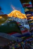 Οι σημαίες προσευχής και το βουνό Annapurna κυμαίνονται το υπόβαθρο από το στρατόπεδο βάσεων Annapurna, Νεπάλ Στοκ Εικόνα
