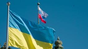 Οι σημαίες της Ουκρανίας και της Ρωσίας ταλαντεύονται τον αέρα φιλμ μικρού μήκους