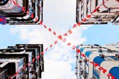 Οι σημαίες Χονγκ Κονγκ και της Κίνας κυματίζουν στο αεράκι Στοκ φωτογραφίες με δικαίωμα ελεύθερης χρήσης