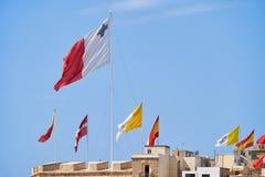 Οι σημαίες χτυπούν πέρα από τους τοίχους φρουρίων για διακοπές Μάλτα Στοκ Εικόνες