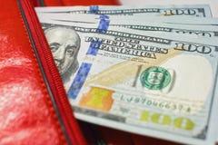 Οι σημειώσεις δολαρίων σε ένα πορτοφόλι, λογαριασμοί εκατό-δολαρίων είναι σε μια τσάντα, Στοκ Εικόνα