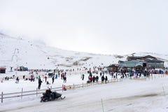 Οι σκιέρ απολαμβάνουν το χιόνι στο κέντρο σκι Kaimaktsalan, στην Ελλάδα REC στοκ εικόνα με δικαίωμα ελεύθερης χρήσης