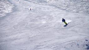 Οι σκιέρ κάνουν σκι να κάνουν σκι τρεξίματος περιοχή φιλμ μικρού μήκους