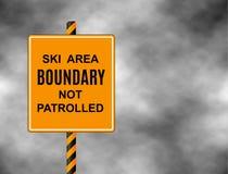 Οι σκιέρ και τα snowboarders μιας σημαδιών προειδοποίησης ότι είναι είναι έτοιμοι να εισαγάγουν είναι από τα όρια και μην επιτηρη ελεύθερη απεικόνιση δικαιώματος