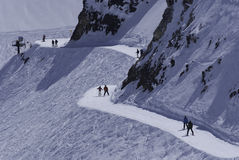 Οι σκιέρ σε ένα χιόνι προσφεύγουν Στοκ Εικόνα