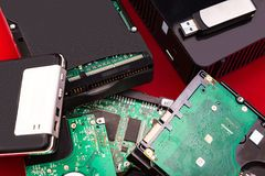 Οι σκληροί δίσκοι βρίσκονται ο ένας πάνω από τον άλλον σε ένα κόκκινο υπόβαθρο Στοκ φωτογραφίες με δικαίωμα ελεύθερης χρήσης