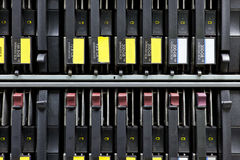 Οι σκληροί δίσκοι ραφιών κεντρικών υπολογιστών δικτύων κλείνουν επάνω Στοκ εικόνες με δικαίωμα ελεύθερης χρήσης