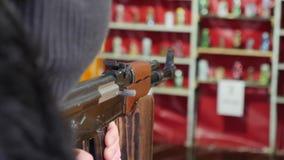 Οι σκοπευτές βάζουν φωτιά σε ένα πυροβόλο όπλο σε έναν στόχο Στοά πυροβολισμού φιλμ μικρού μήκους