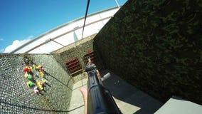 Οι σκοπευτές παίρνουν Submachine τους βλαστούς πυροβόλων όπλων στον κασσίτερο στην πυροβολισμός-σειρά απόθεμα βίντεο