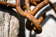 Οι σκουριασμένοι δεσμοί αλυσίδων είναι στενοί στοκ φωτογραφία με δικαίωμα ελεύθερης χρήσης