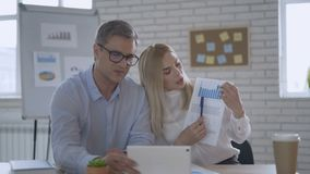Οι σοβαροί επιτυχείς επιχειρηματίες παρουσιάζουν μια γραφική παράσταση με μια έκθεση Σε απευθείας σύνδεση διάσκεψη σχετικά με την απόθεμα βίντεο