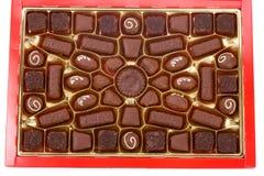 οι σοκολάτες κιβωτίων κλείνουν το κόκκινο επάνω Στοκ εικόνες με δικαίωμα ελεύθερης χρήσης