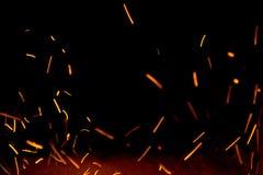 Οι σπινθήρες πυρκαγιάς στον αέρα κοντά στην εστία στοκ εικόνες