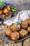 Οι σπιτικές καραμέλες με τις ημερομηνίες και τα ξύλα καρυδιάς στον τρύγο προσπαθούν και ξύλινο υπόβαθρο Ανατολικά γλυκά για ramad Στοκ Φωτογραφίες