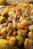 Οι σπιτικές παραδοσιακές γαρίδες Cajun βράζουν στοκ φωτογραφία